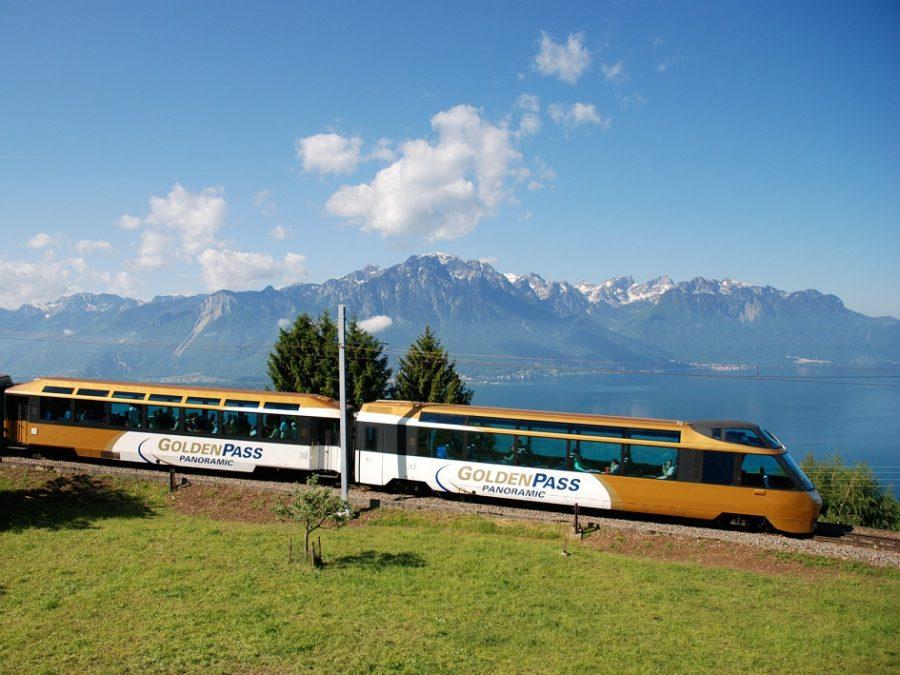 Im hochmodernen Panoramazug die GoldenPass Line bewundern